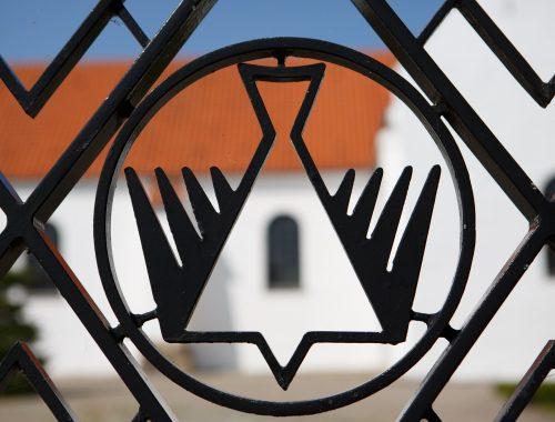 Pinse: Motiv fra låge ind til Hals Kirke.