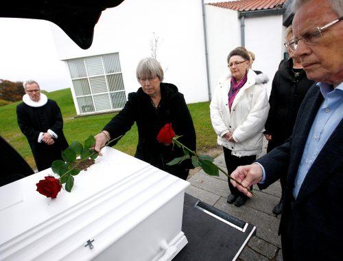 Hvordan er det som præst at begrave et menneske?