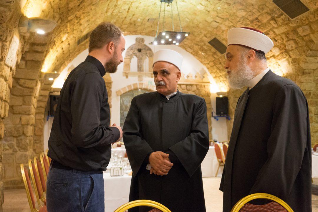 Præst taler med imam
