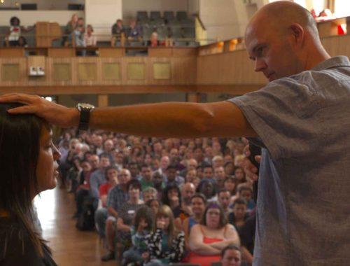Det mandsmod og den kampgejst, som den tidligere leder af Dialogcentret Johannes Aagaard viste, savner vi i kirken i dag. Vi skylder ikke mindst de børn, der kommer i kløerne på sekterne, at kæmpe imod og indsamle viden, mener sognepræst Christian Roar Pedersen. Foto: TV2